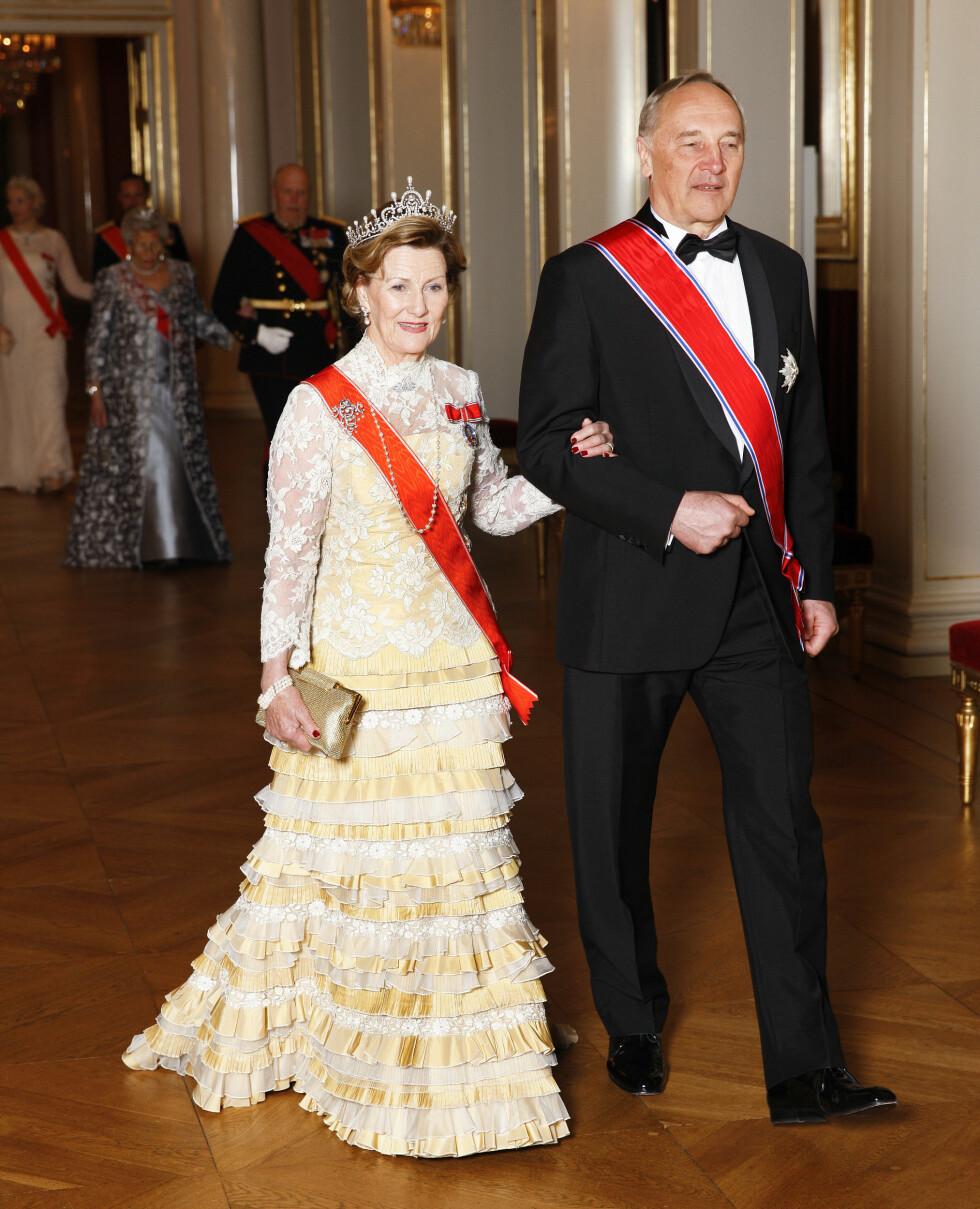 VERTINNE: Dronning Sonja ledet Latvias president Andris Berzinš inn til den offisielle middagen, da han var på statsbesøk i Norge i mars. Foto: Svein Brimi