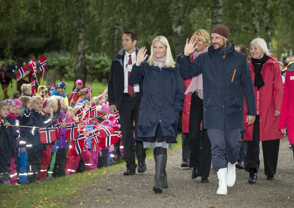 FYLKESTUR I REGN: Kronprins Haakon og kronprinsesse Mette-Marit besøker Akershus Fylke.  Foto: Andreas Fadum, Se og Hør