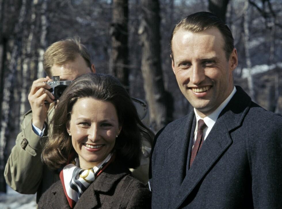 FORLOVELSEN: Kronprins Harald og Sonja Haraldsen annonserer forlovelsen mars 1968. Foto: Aftenposten