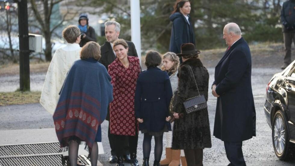 MØTTE OPP TIL JULEGUDSTJENESTE: Kong Harald og dronning Sonja kom til julegudstjeneste sammen med prinsesse Märtha Louise, Ari Behn og deres tre barn. Foto: Andreas Fadum