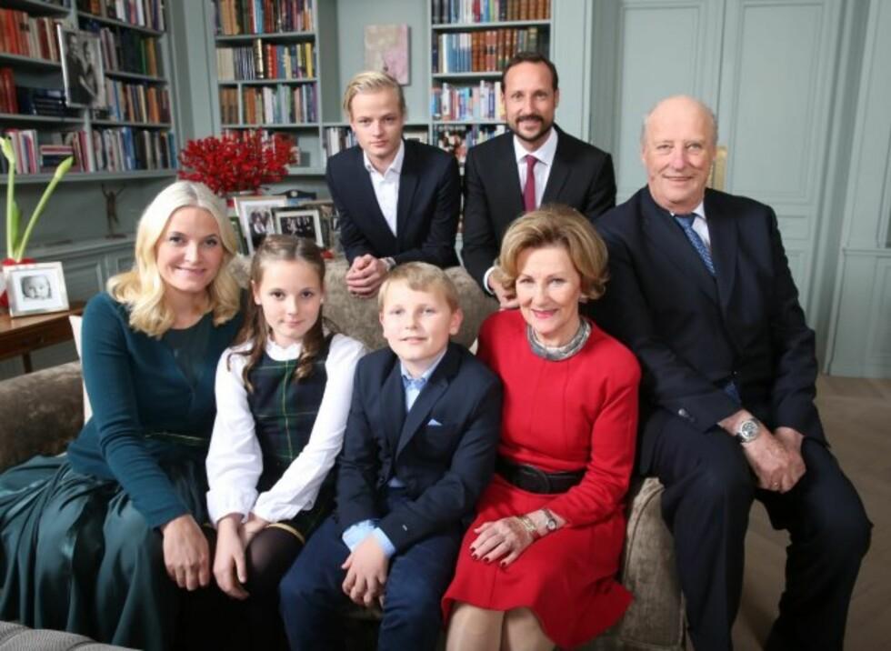 I DAG: Dronning Sonja, kronprinsesse Mette-Marit og prinsesse Ingrid Alexandra valgte alle tre julefargene rødt og grønt da familien var samlet til fotografering i år. Guttene var pyntet i stilige dresser, men prins Sverre Magnus og storebror Marius droppet slips.