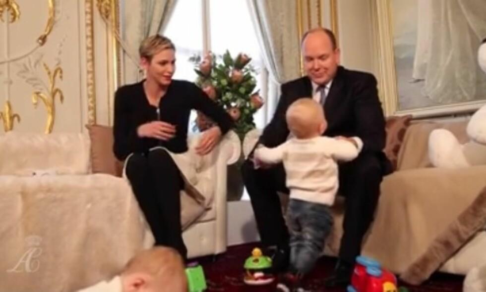 FAR OG SØNN: Pappa Albert synes det er stor stas med barna i hus. Foto: Grab fra videoen