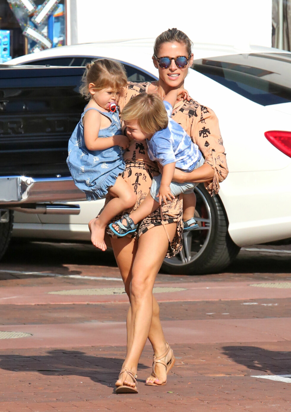 HENDENE FULLE: Elsa Pataky med datteren India og en av tvillingsønnene på armen i en park i Malibu i Los Angeles tidligere i år. Foto: Splash News