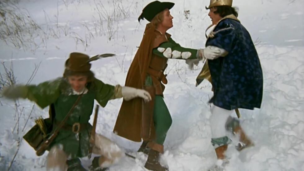 FRØS PÅ FØTTENE: De mannlige skuespillerne skal ha blitt svært kalde på føttene, da de måtte danse i snøen i tynne sko. Foto: DEFA/BARRANDOV
