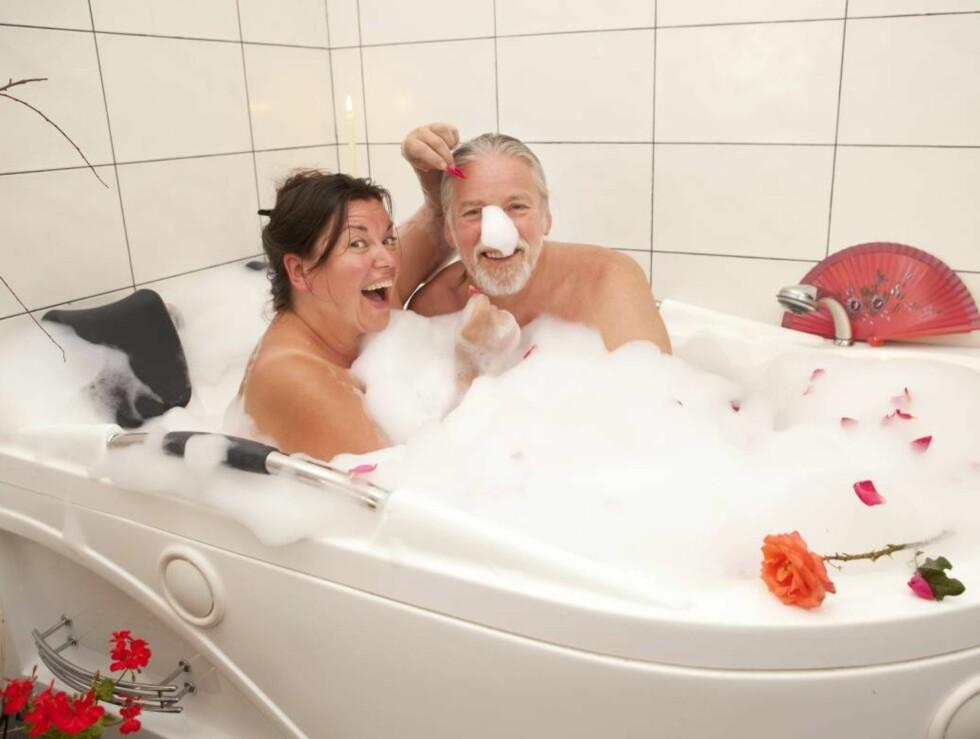 EKTE BADEKAR: Smilene sitter alltid løst hos Jenny og Tor - også når de går i boblebadet sammen.  Foto: Espen Solli/Se og Hør