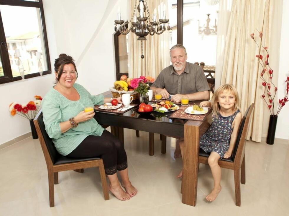 SPISER SUNT: Det ble lange frokoster i leiligheten Jenny og familien disponerte på det norskeide leilighetsanlegget.  Foto: Espen Solli/Se og Hør