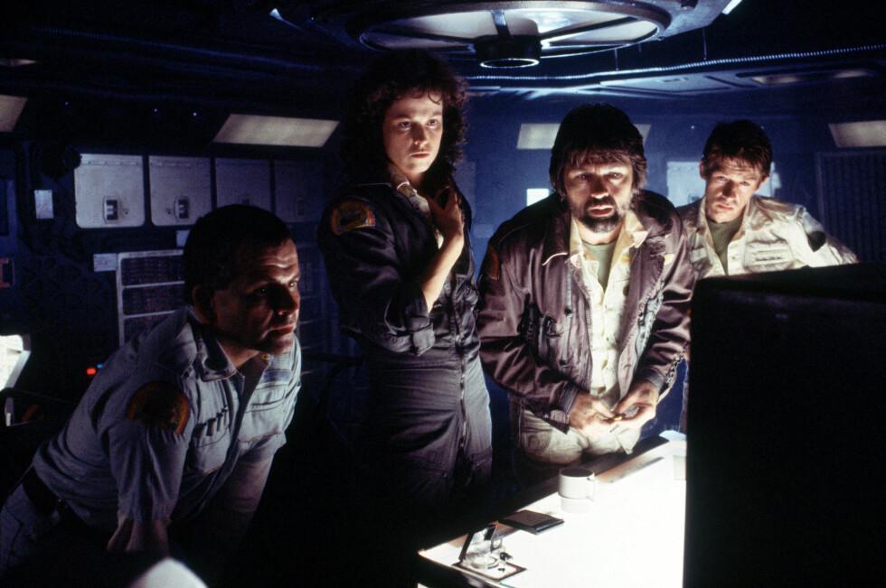 I HOLLYWOOD: John Hurt (ytterst t.h) spilte i Ridley Scotts Oscar-vinnende sci-fi-klassiker «Alien» fra 1979. Her i en scene fra filmen med (f.v) Ian Holm, Sigourney Weaver og Tom Skerritt.  Foto: Mary Evans Picture
