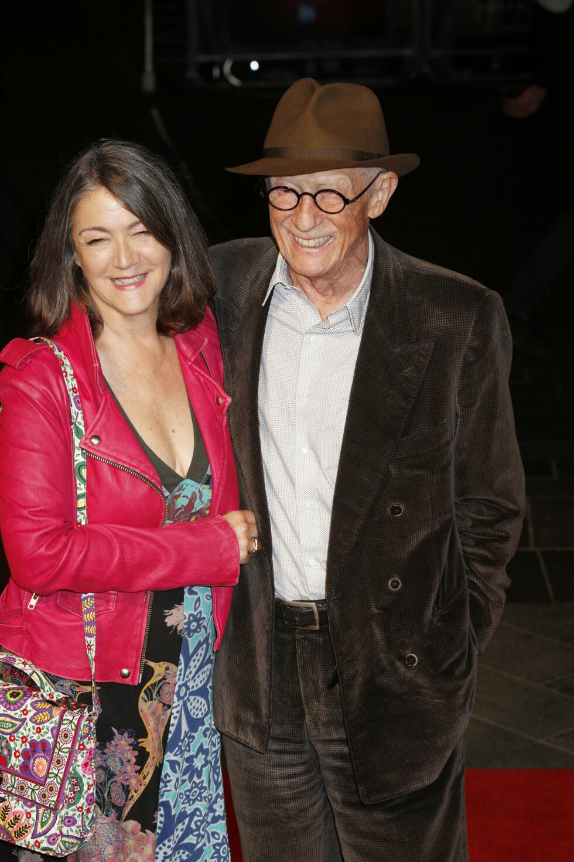 LYKKELIGE: John Hurt og kona Anwen Rees-Myers på «Suffragette»-premieren i London i oktober, kort tid før han ble erklært kreftfri.  Foto: Xposure