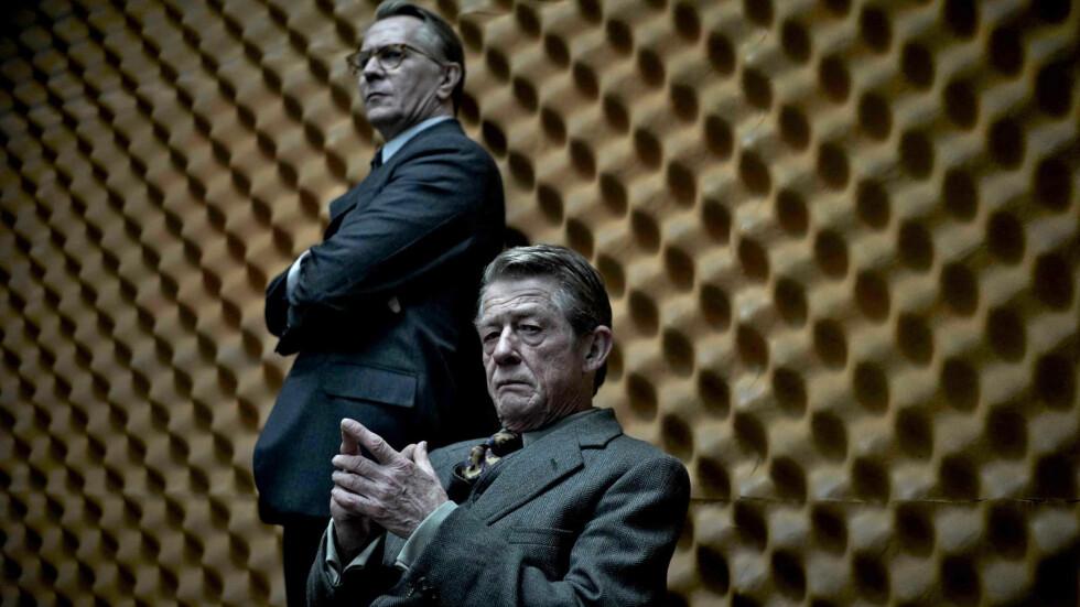 GODE NYHETER: Den prisbelønte britiske skuespilleren John Hurt (foran) er kreftfri etter å ha fått diagnosen i sommer. 75-åringen, som har spilt i drøye 200 film- og TV-produksjoner, satte ikke karrieren på vent under behandlingen. Her er han i en scene fra spionfilmen «Muldvarpen», der Gary Oldman (bak) hadde hovedrollen.  Foto: Zuma Press