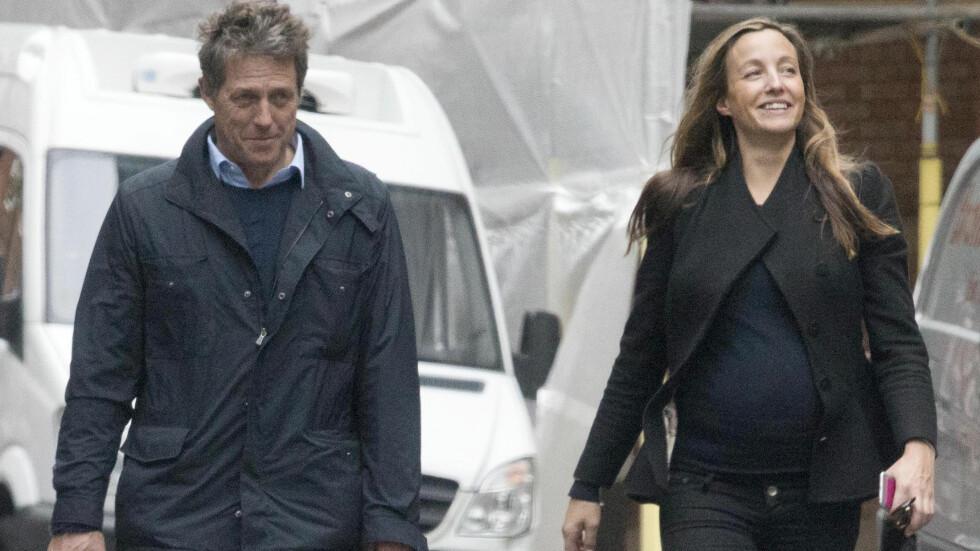 VISTE MAGEN: Hugh Grant og Anna Eberstein så ut som et lykkelig par da de var på husjakt i London i oktober. Babymagen var helt synlig under Annas jakke.  Foto: Xposure
