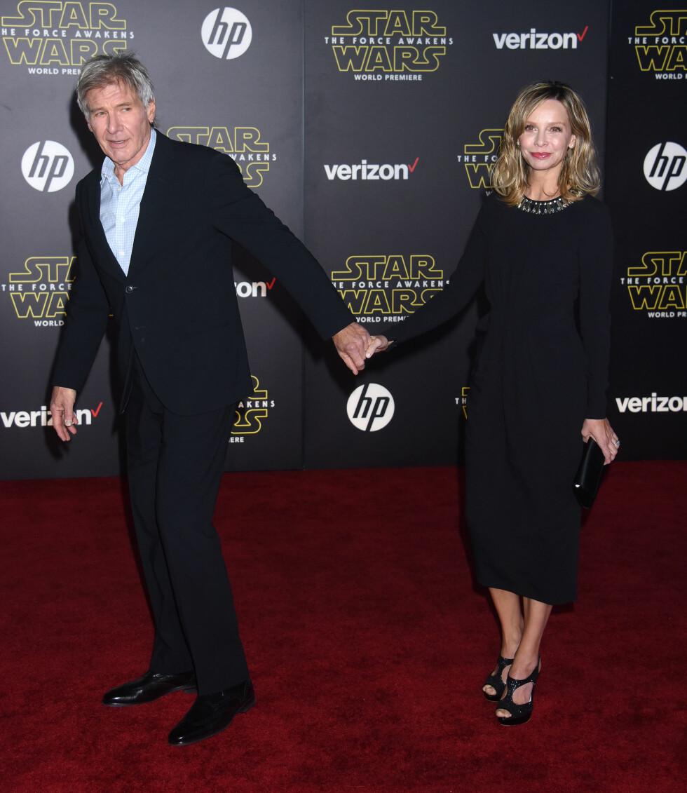 STJERNEPAR: Harrison Ford og Calista Flockhart kom hånd i hånd på «Star Wars: The Force Awakens»-verdenspremieren i L.A. den 14. desember.   Foto: Pa Photos
