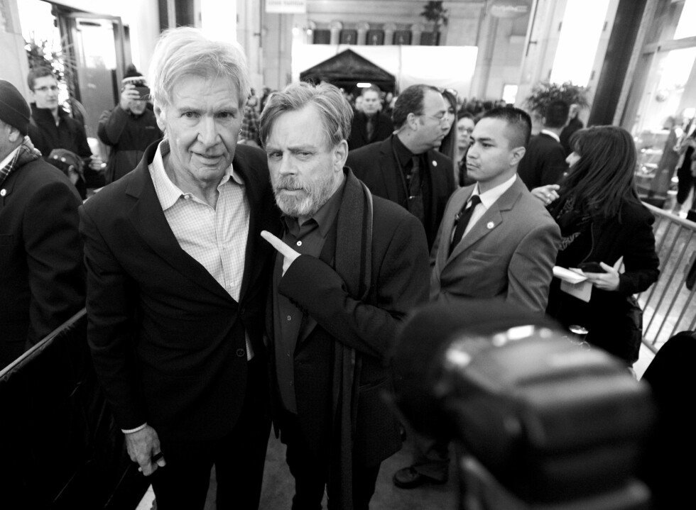 GAMLE KJENTE: «Star Wars»-legendene Harrison Ford og Mark Hamill lot seg fotografere sammen på «Star Wars: The Force Awakens»-premieren.  Foto: Afp