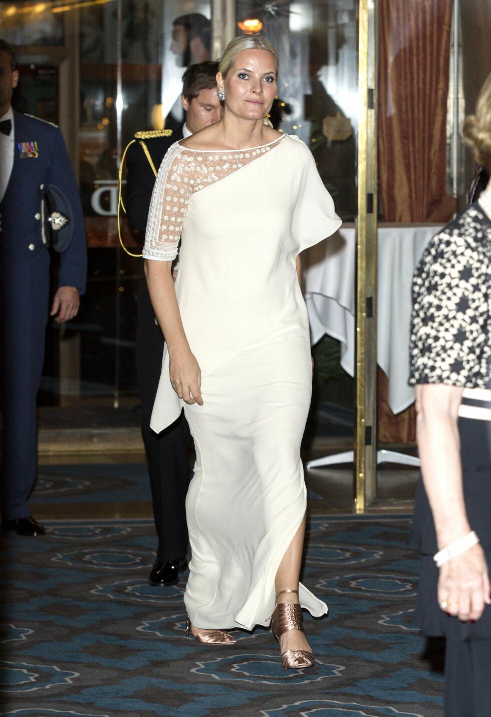 FÅR SKRYT: Mette-Marit hadde en hektisk dag med kjolebytter mellom Nobels fredsprisutdelingen og bankettens senere på kvelden. Foto: Andreas Fadum, Se og Hør
