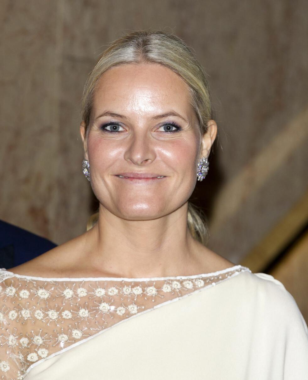 STRÅLTE PÅ FEST: Kronprinsesse Mette-Marit overrasket i en asiatiskinspirert kjole på Nobelfesten. Foto: Andreas Fadum, Se og Hør