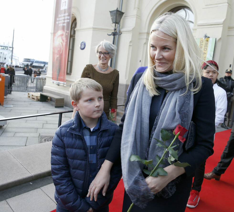 MED MAMMA PÅ JOBB: Etter at barnas fredsprisfest var ferdig var også de offisielle pliktene til prins Sverre Magnus over for denne gang. Foto: NTB scanpix