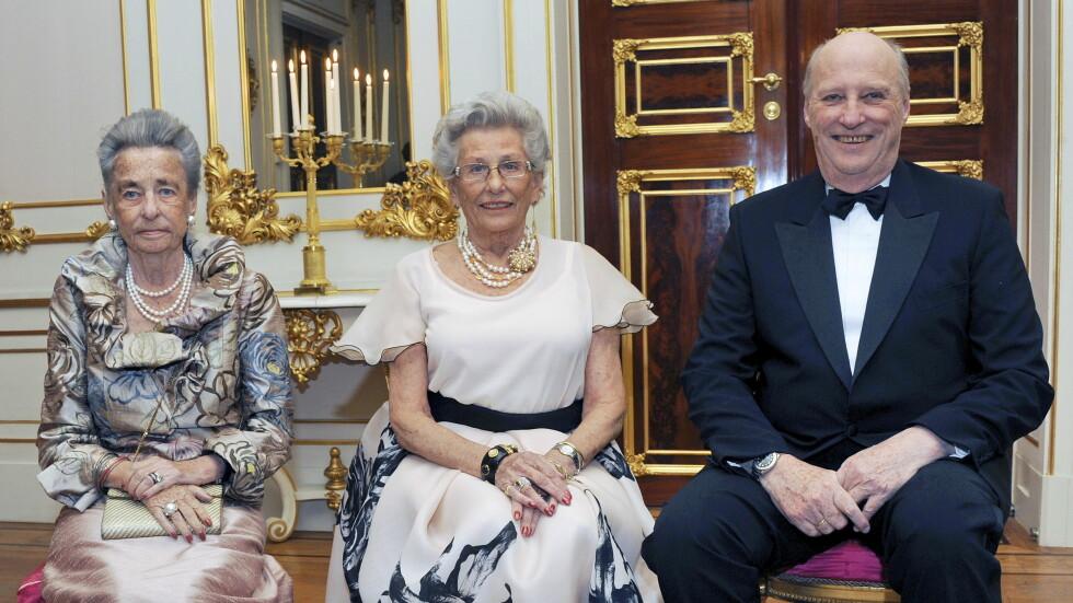 DET SISTE BILDET: Prinsesse Astrid fotografert sammen med søsknene på Slottet i anledning 80-årsdagen. Dette ble det siste bildet av de tre sammen før prinsesse Ragnhild døde. Foto: NTB scanpix