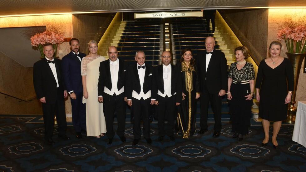 HEDRET VINNERNE: Kongefamilien sammen med årets fredsprisvinnere like etter at de ankom Nobelbanketten på Grand Hotel i Oslo torsdag kveld.  Foto: NTB scanpix