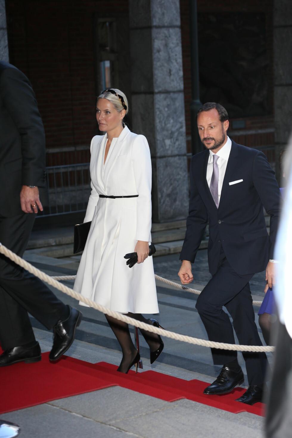 NOBELFEST: Kronprinsparet kom sammen til utdelingen i Oslo Rådhus. Foto: Andreas Fadum
