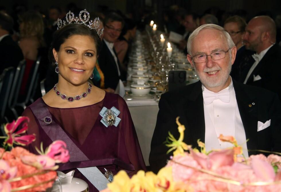 TIL BORDS: Kronprinsesse Victoria hadde den kanadiske astrofysikeren og nobelprisvinneren Arthur B. McDonald som bordkavaler. Hun blir mamma om tre måneder. Foto: NTB Scanpix