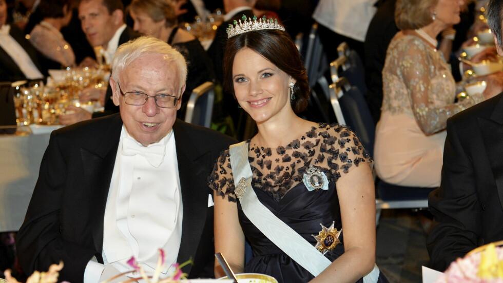 STRÅLTE: Prinsesse Sofia koste seg til bords med den svensk/britiske nobelvinneren og kreftforskeren Tomas Lindahl. Om fire måneder blir hun mamma for første gang. Foto: NTB Scanpix