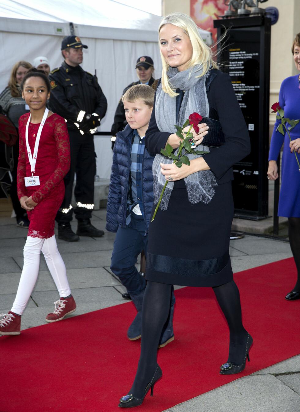 MED MAMMA PÅ JOBB: Prins Sverre Magnus så ut til å kose seg sammen med kronprinsesse Mette-Marit på barnas fredsprisfest. Foto: Se og Hør, Andreas Fadum