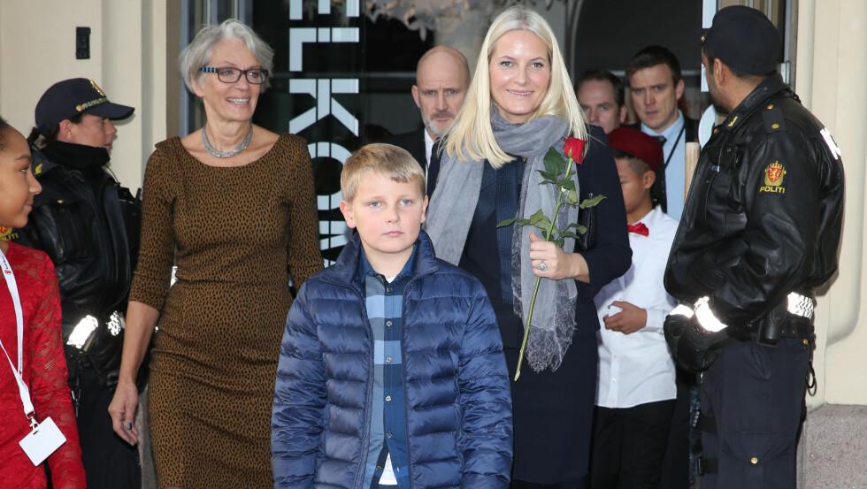 MED MAMMA PÅ JOBB: Prins Sverre Magnus så ut til å kose seg sammen med kronprinsesse Mette-Marit på barnas fredsprisfest.
