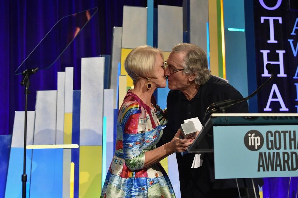 KLINTE TIL: De Niro overrasket også publikum med å plante et kyss midt på munnen til Mirren. Foto: NTB Scanpix