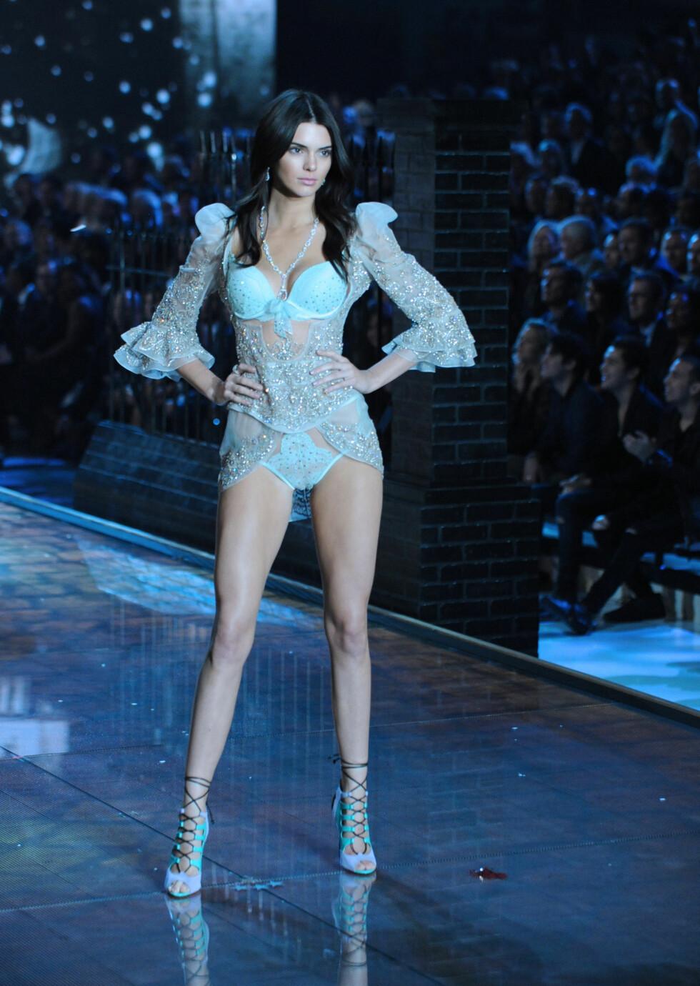 KASTET KLÆRNE: Kendall Jenner debuterte i undertøyet på Victoria´s Secret-visningen i New York nylig. I helgen vakte hun imidlertid oppsikt med et lettkledd bilde av en helt annen.  Foto: Splash News