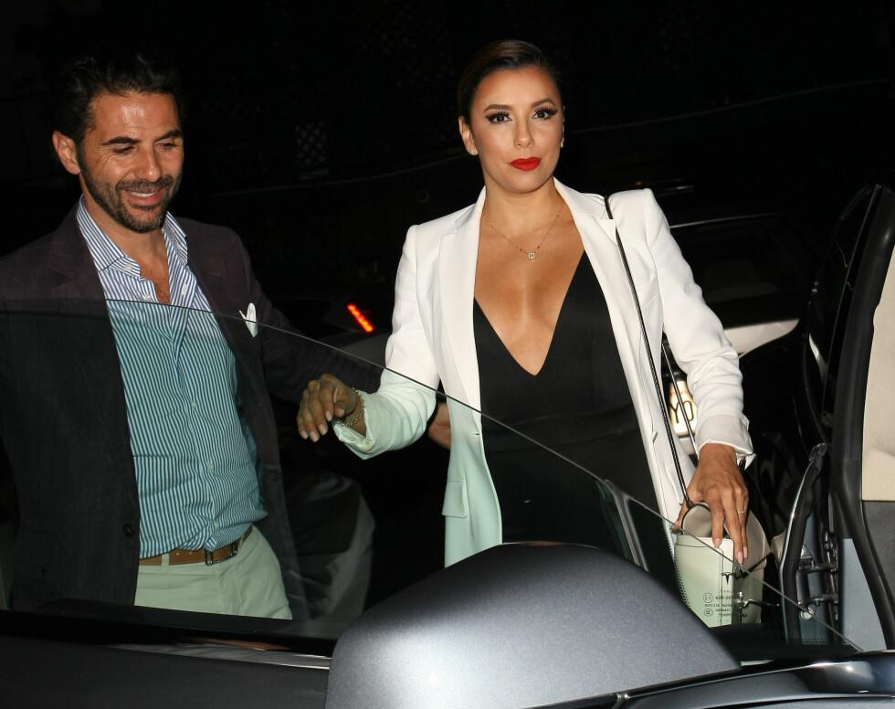 FORELSKET: Eva Longoria geleides inn i bilen av kjæresten José Antonio Baston letter en bedre middag på Mr. Chow i Beverly Hills i slutten av august. Foto: Splash News