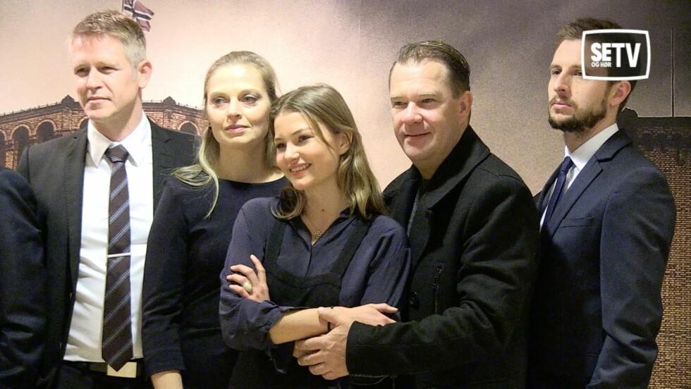 MØRK: Bjarte Hjelmeland (t.h) er svært lik sin «Mammon»-rollefigur i virkeligheten. Her med motspillerne (f.v) Trond Espen Seim, Anna Bache-Wiig og Iben Akerlie. Foto: Ida Nikolaisen/ Se og Hør