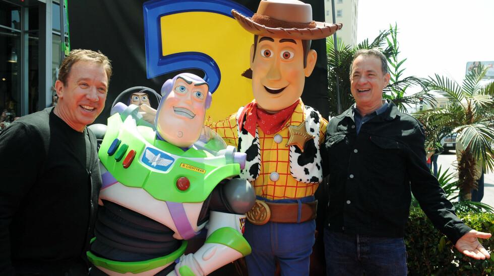 FILMHELTER: Tim Allen (t.v) er mannen bak stemmen til actionfiguren og makkeren til Woody, Buzz Lightyear. Her er han og Tom Hanks på verdenspremieren på «Toy Story 3» i L.A. sommeren 2010, sammen sine populære rollefigurer.  Foto: Ap