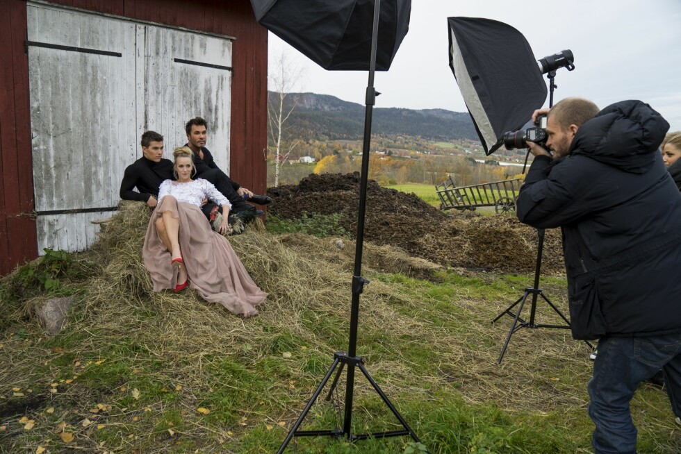 GÅRDSLIV: Se og Hørs fotograf Espen Solli foreviget Atle Pettersen, Jan Thomas og Katarina Flatland i landlige omgivelser.   Foto: Per Ervland Foto: Per Ervland/Se og Hør