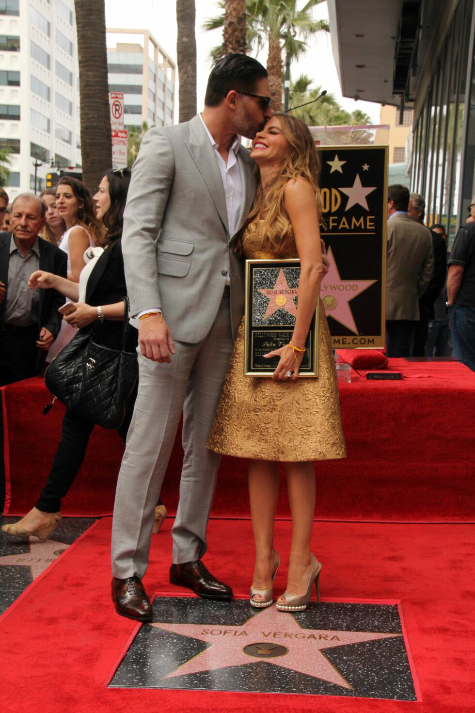 GOD STØTTE: I mai i år fikk Sofia Vergara - som er en av verdens best betalte skuespillere - stjerne på The Hollywood Walk Of Fame, og selvfølgelig var forloveden Joe Manganiello på plass for å dele den gledelige stunden med den colombianske skjønnheten. Foto: NTB Scanpix