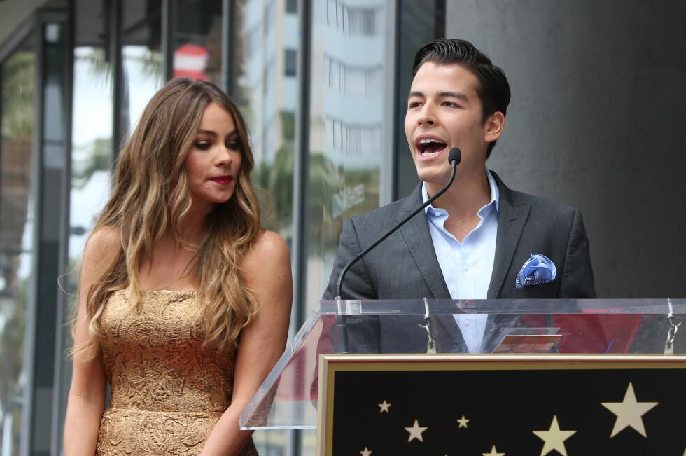 SØNNEN: I 1992 fikk Sofia Vergara sønnen Manolo Gonzalez-Ripoll Vergara med eksmannen Joe Gonzalez. Her holder han en tale til sin mor under stjerne-utdelingen på The Hollywood Walk Of Fame i mai. Foto: NTB Scanpix
