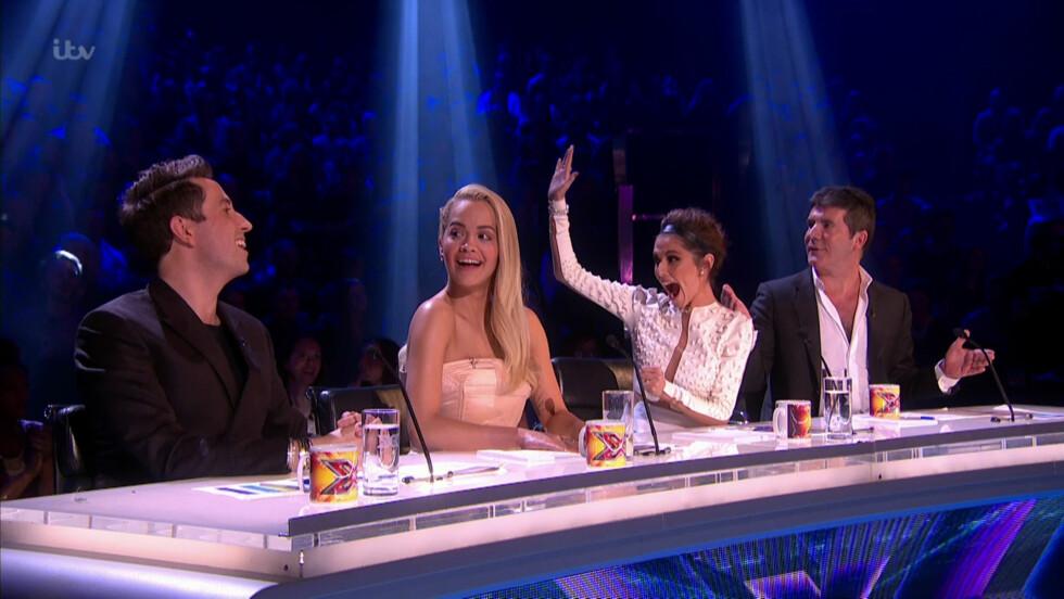 <strong>STRENG:</strong> Simon Cowell er kjent som dommer i «The X Factor». Her med kollegaene (f.v) Nick Grimshaw, Rita Ora og Cheryl Fernandez-Versini. Cowell skal også ha et privat badekar backstage. Foto: NTB Scanpix