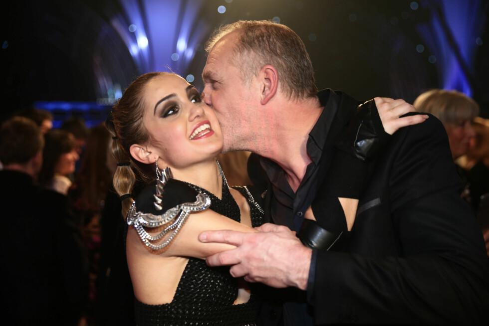 GRATULERTE: Årets vinner fikk kyss på kinnet av sin danse-kollega Pascal Dupuy. Foto: TV 2