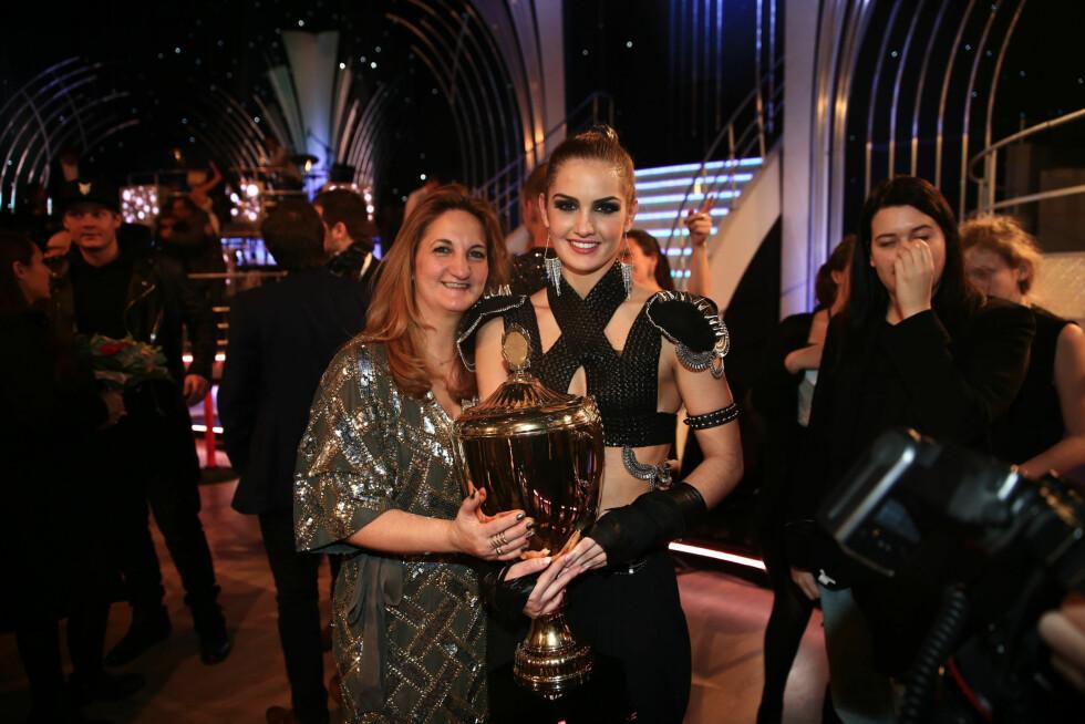 STOLT MAMMA: Adeléns mor Maria var blant de første til å gratulere datteren. Foto: TV 2