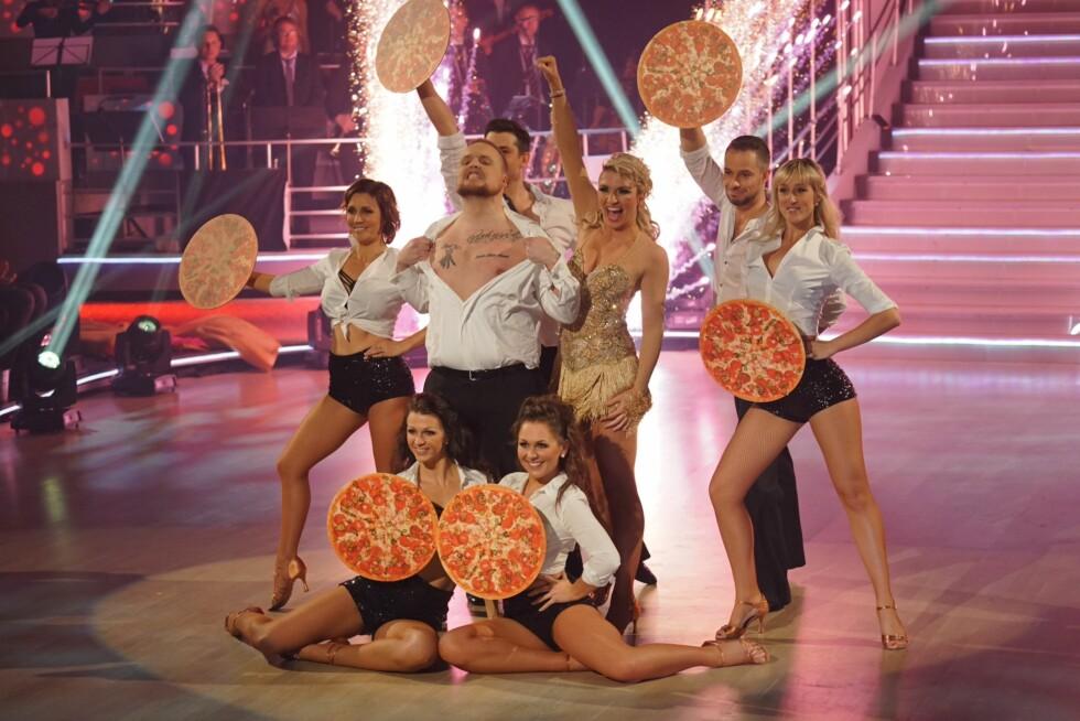 HUMOR: Stian «Staysman» Thorbjørnsen hadde MGP-tema i sin showdans. Der ble låta «En godt stekt pizza» selvsagt trukket inn.  Foto: Per Ervland, Se og Hør