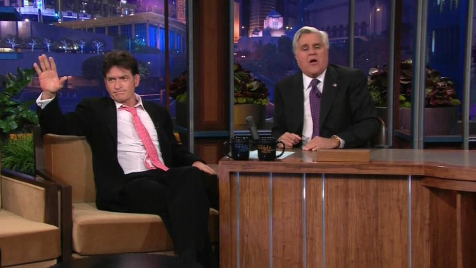 POPULÆR: Jay Leno er en av USAs mest populære programledere. Her er han sammen med Charlie Sheen under en sending av «Tonight Show» før han ga seg. Foto: NBC / Splash News/ All Over Press