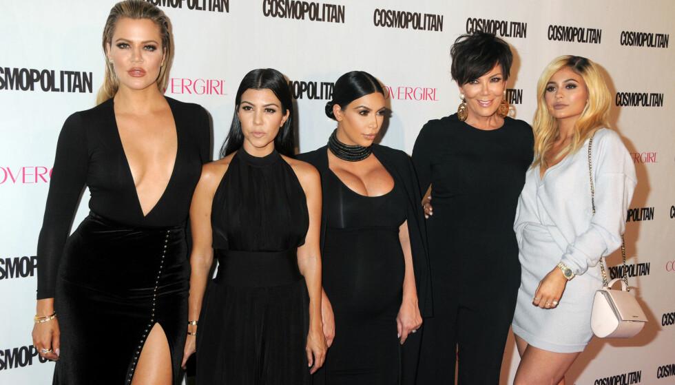 <strong>GJENGEN:</strong> Khloé (t.v), Kourtney, Kim, Kris og Kylie utgjør fem av de syv jentene i Kardashian/Jenner-klanen. Kendall og Caitlyn var ikke til stede da bildet ble tatt. Foto: NTB scanpix