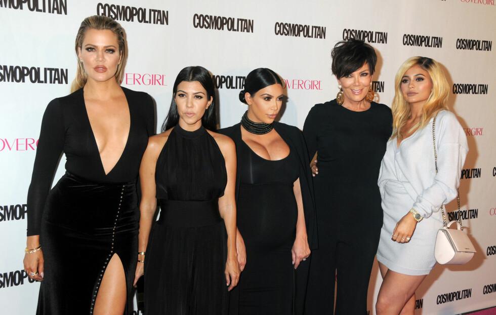 SAMMENSVEISET GJENG: Khloe (f.v), Kourtney, Kim, mamma Kris og halvsøster Kylie stiller alle opp for hverandre. Halvsøster Kendall er ikke med på bildet. Foto: CapitalPictures