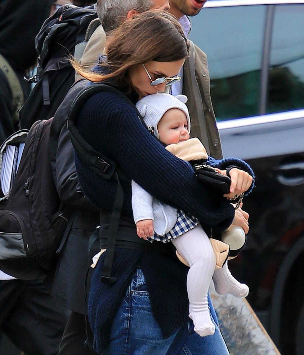 SØTE: Keira Knightley kysser datteren Edie på pannen på tur i New York.  Foto: Splash News