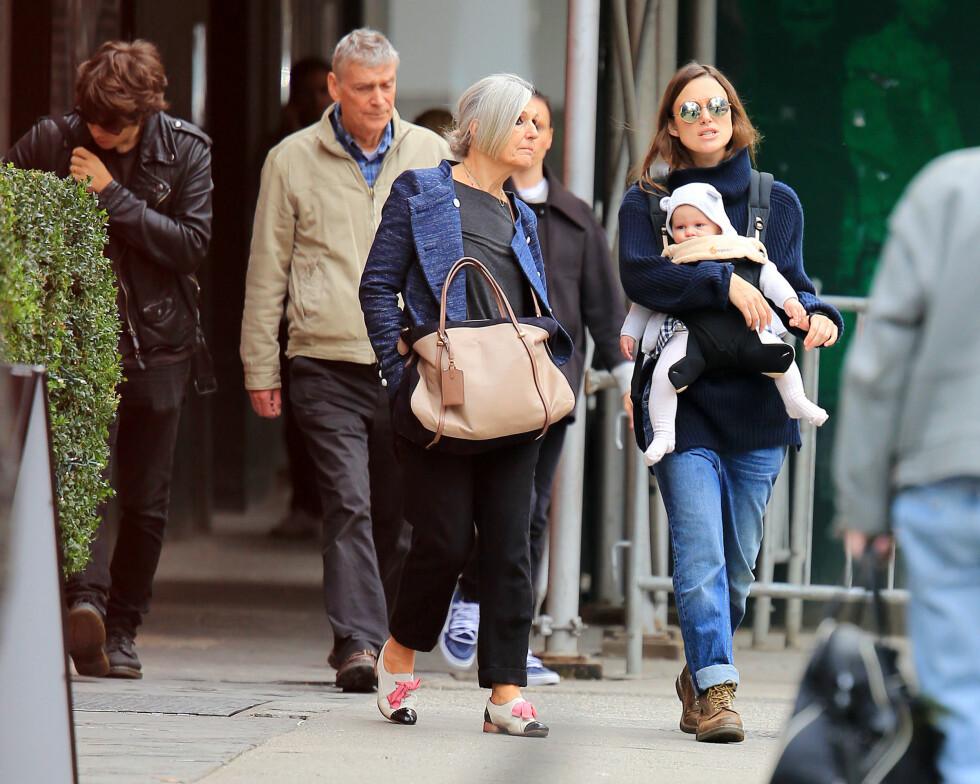 FAMILIETID: Keira Knightley og mamma Sharman Macdonald på tur med babyen i New York.  Foto: Splash News