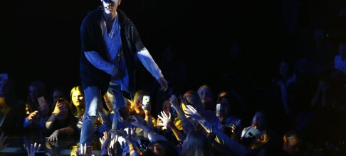 Justin Bieber stormet av scenen i raseri