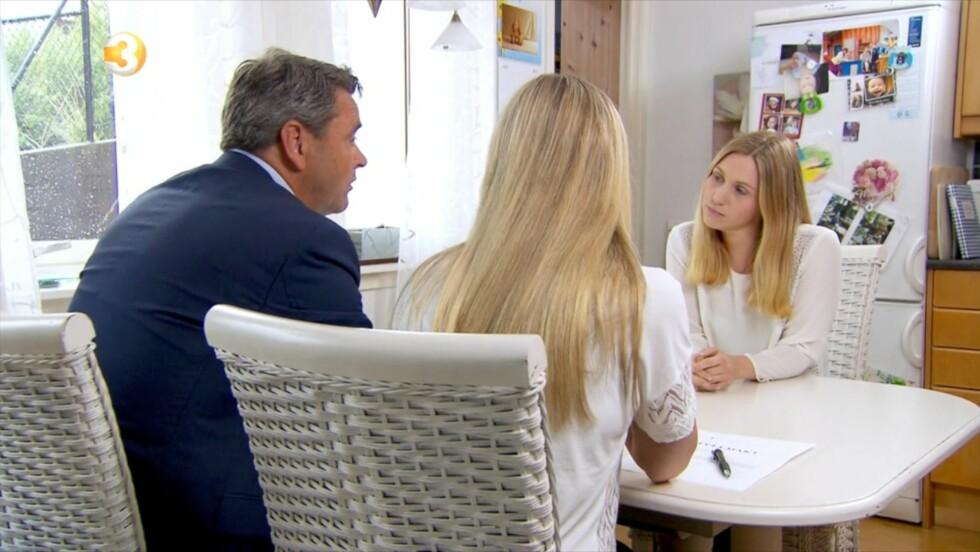 ALVORLIG: Magne Gundersen og Silje Sandmæl tar en alvorsprat med alenemoren Julia i ukens episode av «Luksusfellen». Økonomene har visse problemer med å forstå prioriteringene hennes.  Foto: TV3
