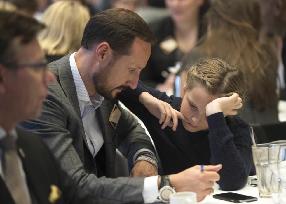 GOD LÆREMESTER: Pappa Haakon forklarer. Prinsessen følger nøye med.   Foto: NTB scanpix