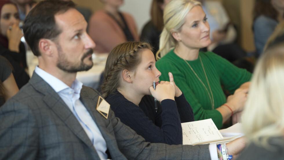 KONSENTRERT:  Prinsesse Ingrid Alexandra satt mellom pappa og mamma på SIKT 2015 i universitetsaulaen i Bergen.  Foto: NTB scanpix