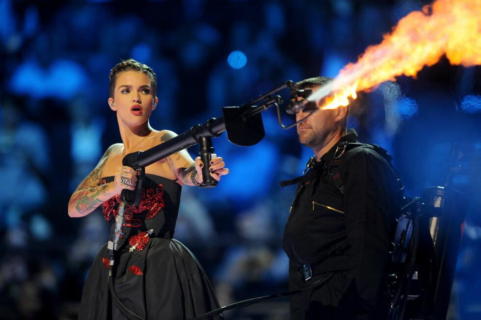 <strong>TØFFING:</strong> Ruby Rose og Ed Sheeran sprutet flammer fra scenen.  Foto: Getty Images for MTV