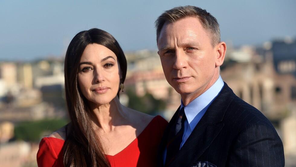 FÅR SKRYT: James Bond-stjernen Monica Bellucci takker god mat og sex for at hun holder seg i form. Her er hun sammen med hovedrolleinnehaver Daniel Craig. Foto: Afp