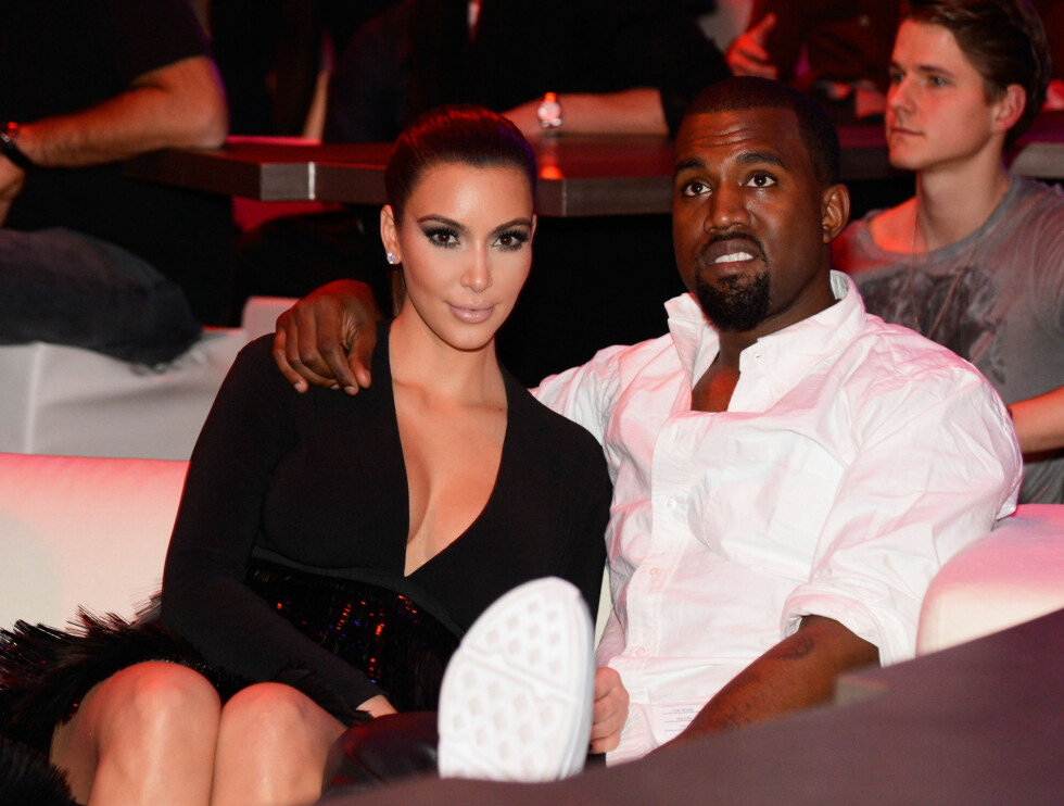 FIKK TRØST: Kims kjæreste Kanye West snek seg forbi fotografene og Kim poserte alene på den røde løperen. Han trøstet henne etter kjolefadesen.  Foto: All Over Press